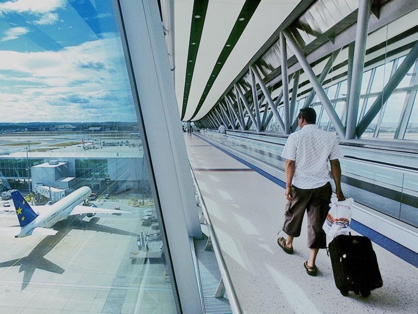 Viajero-en-el-aeropuerto-londinense-de-Gatwick
