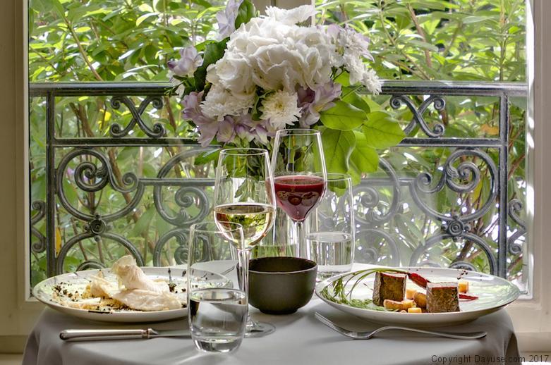 Un brunch accompagné de vin ou de champagne aux allures champêtres.