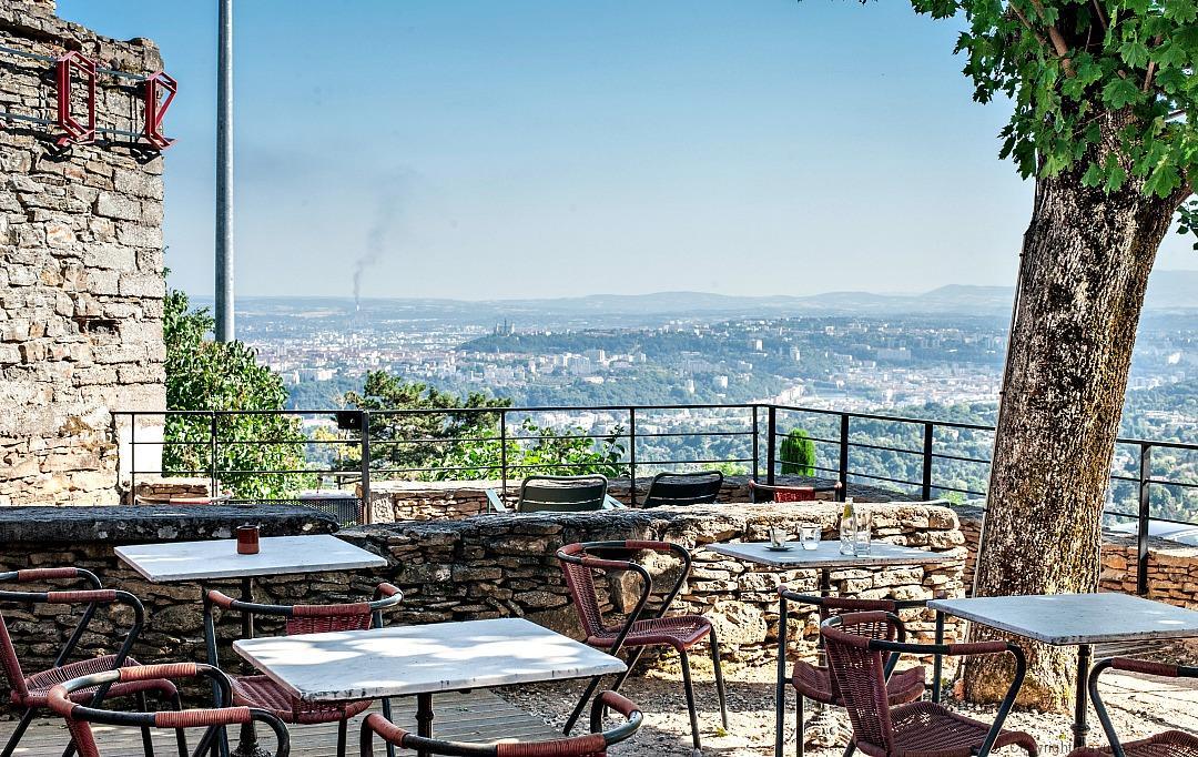 Une terrasse panoramique à L'Ermitage Hôtel, Lyon