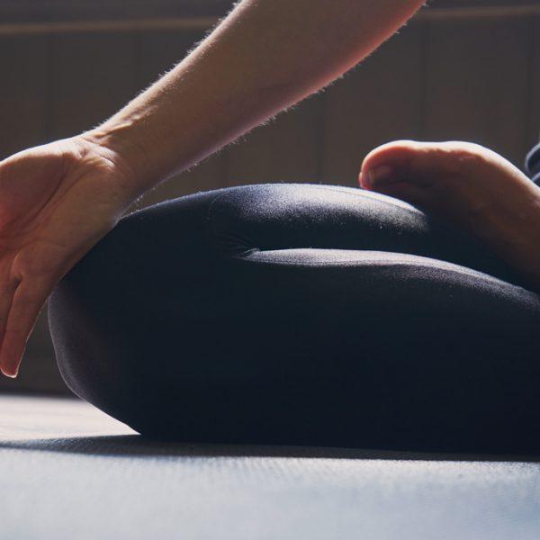 Dix postures de yoga pour se détendre dans l'avion