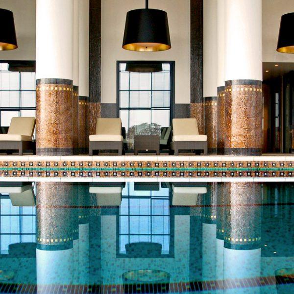 Nager dans les piscines d'hôtels cet automne